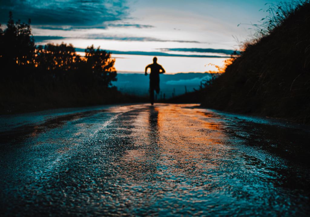 Mann joggt alleine