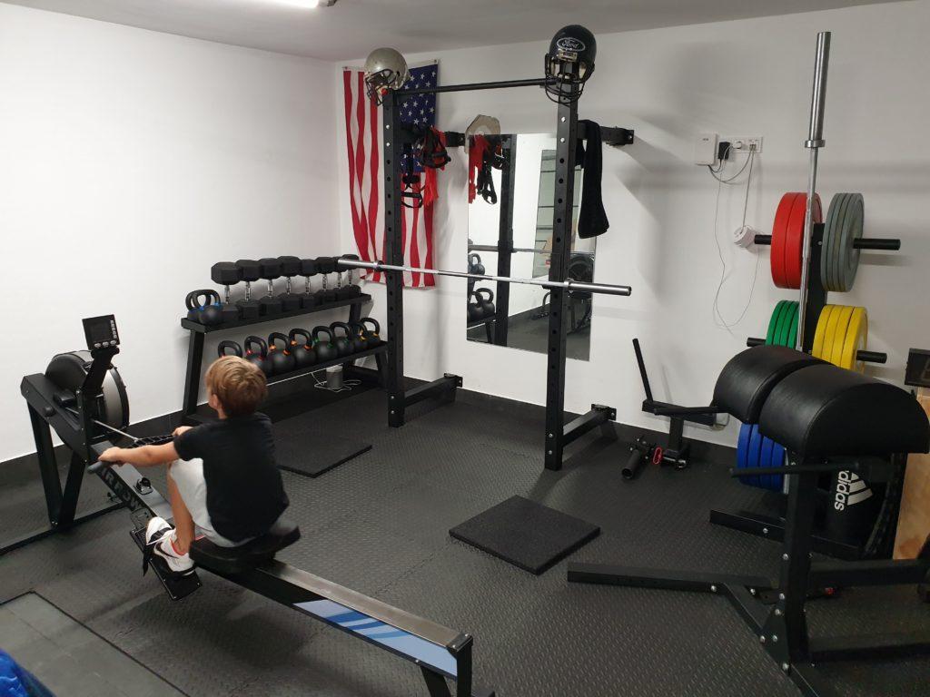 Blick ins Garage Gym von Tobias: Da hat auch bereits der Junior seinen Spaß